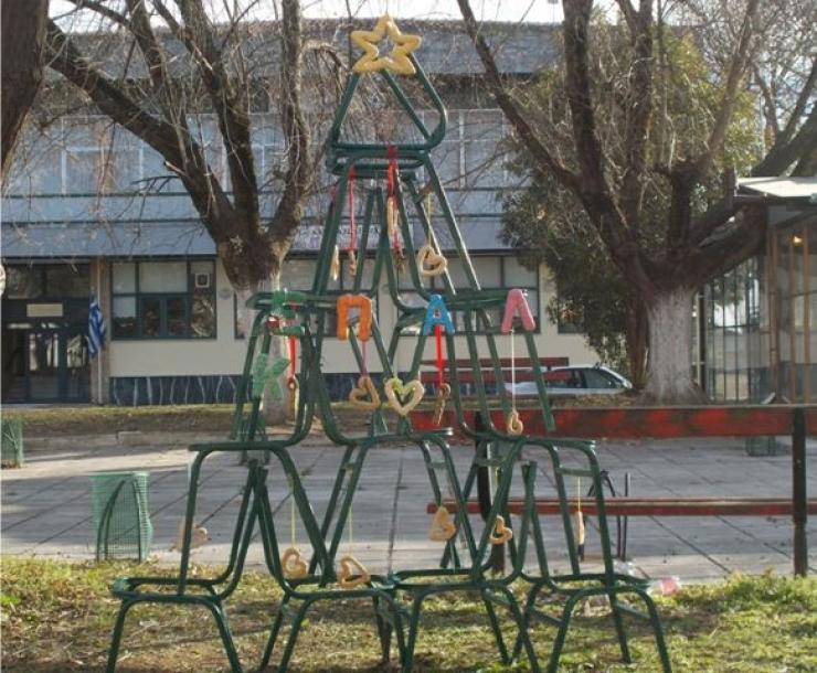 """Το """"εναλλακτικό"""" Χριστουγεννιάτικο Δένδρο του ΕΠΑΛ & Ε.Κ. Αλεξάνδρειας"""